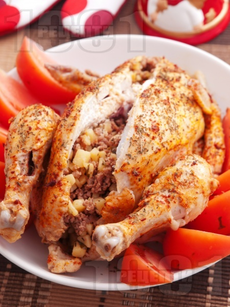 Пълнено печено пиле с кайма и картофи на фурна - снимка на рецептата